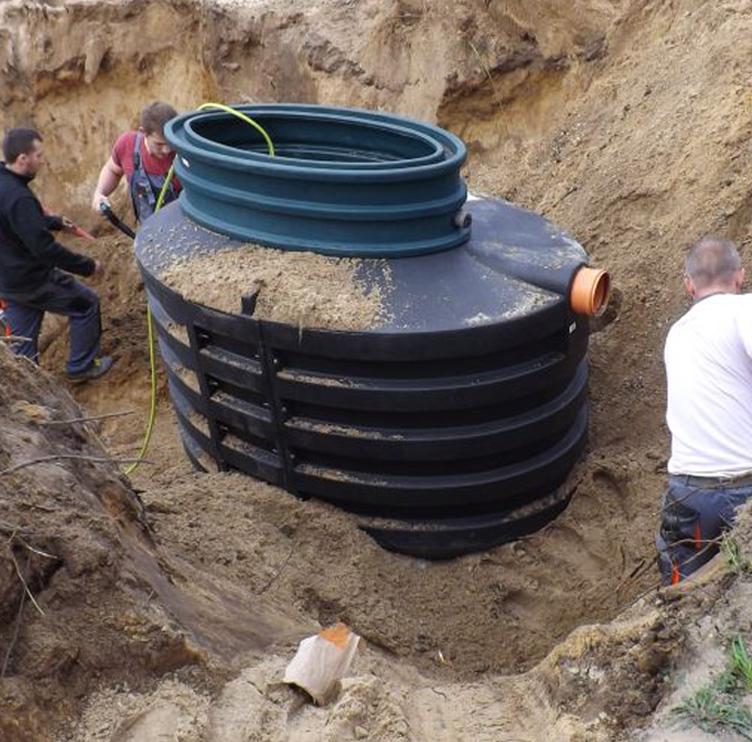 Засыпание автономной канализации с проливкой песка и трамбовкой